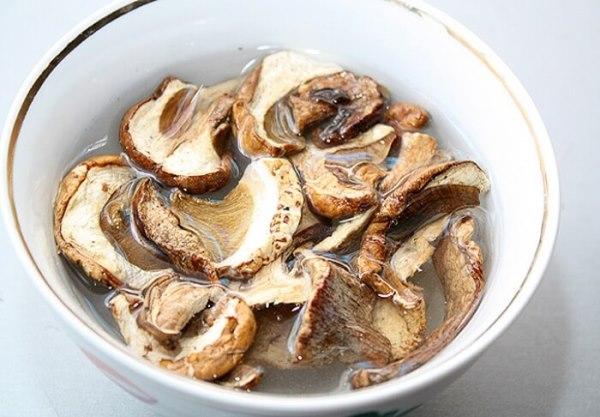 сушеные грибы залить водой