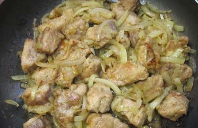 Обжарить свинину с луком