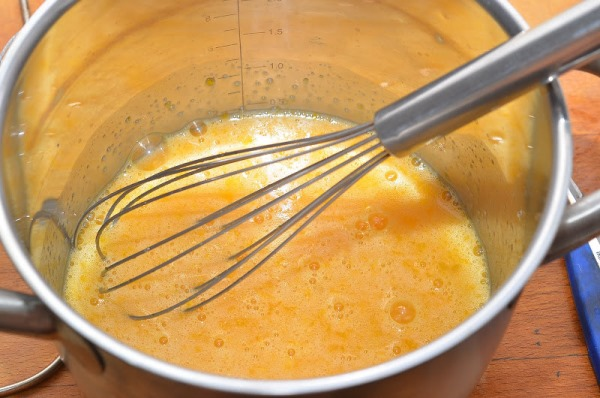 взбить яйца с сахаром