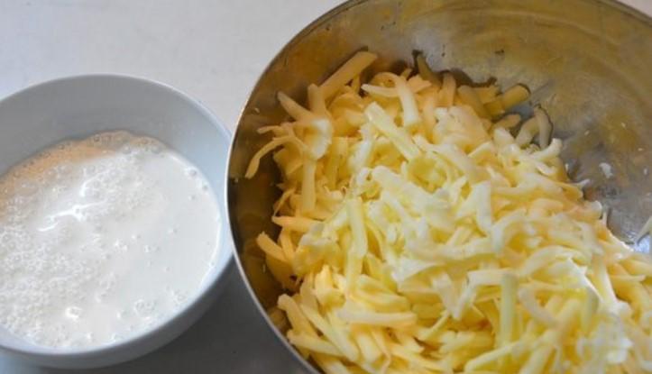Смешать сыр со сметаной