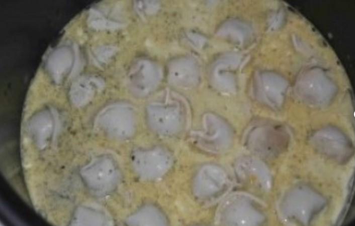 Залить пельмени соусом