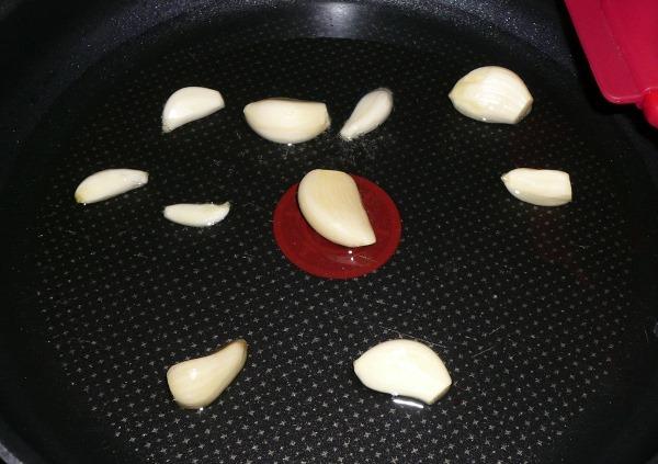 зубчики чеснока на сковороде