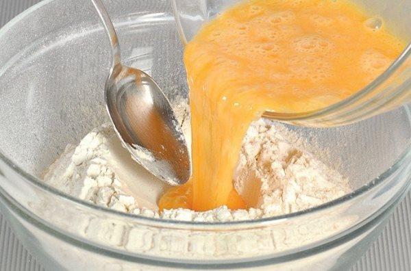 добавить в муку яичную смесь