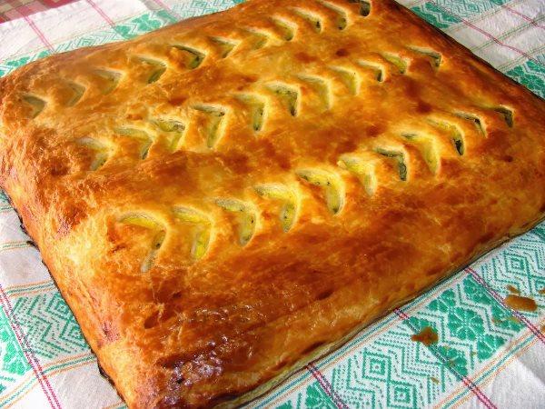 готовый пирог с фаршем и грибами