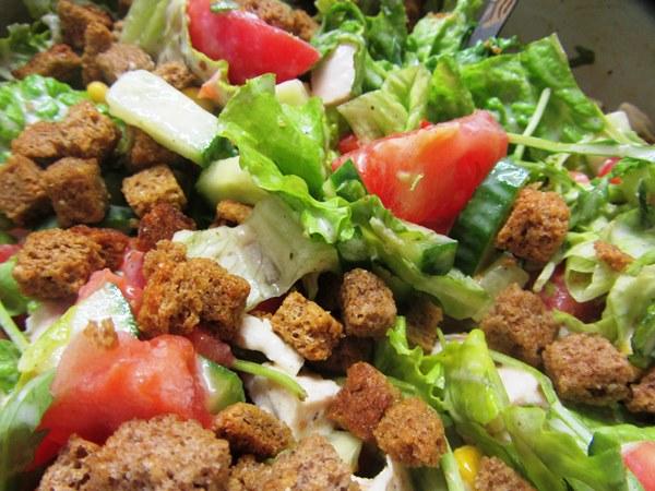 готовый салат с  кириешками
