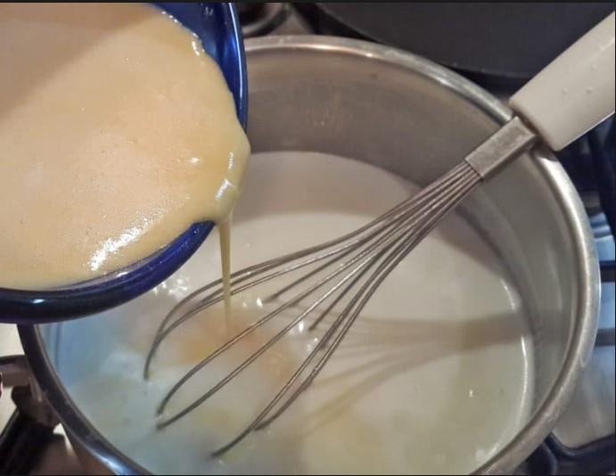 Добавить в молоко желтки