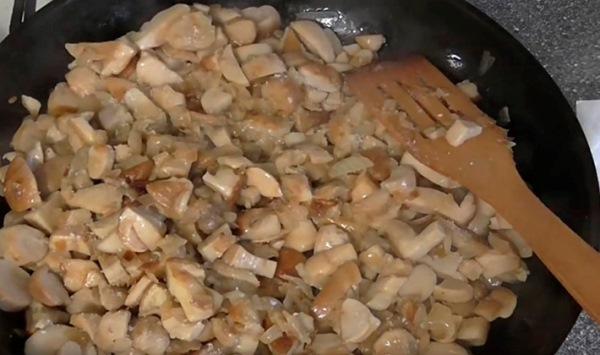 обжарить белые грибы с луком