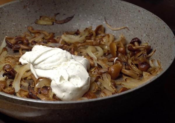 грибы с луком со сметаной
