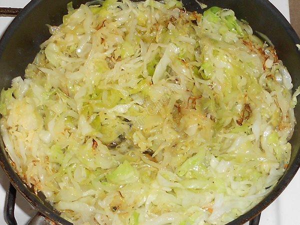 обжарить капусту с луком