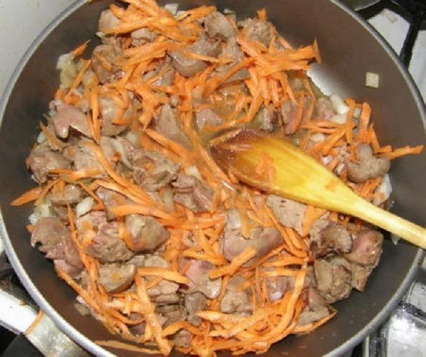 обжарить лук, морковь и печень