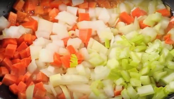 обжарить лук, морковь и сельдерей