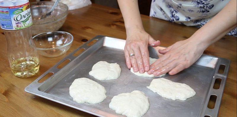В процессе лепки пирожков смачивать в масле руки.