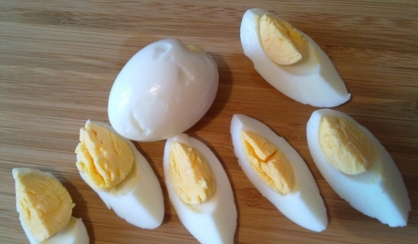 разрезать яйца