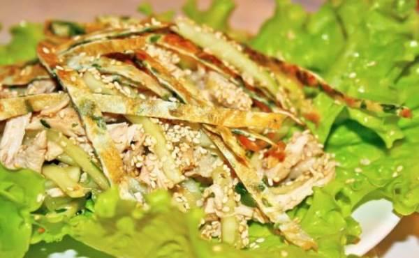 салат с кунжутом на тарелке