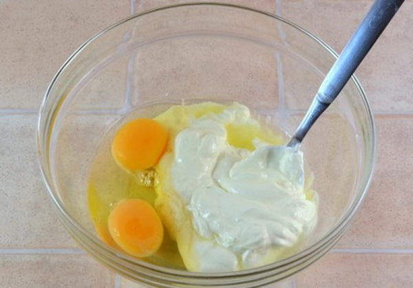 смешать сметану и сливки с яйцами