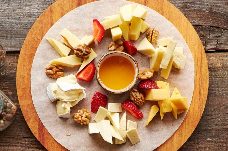 Сыр с медом и орехами