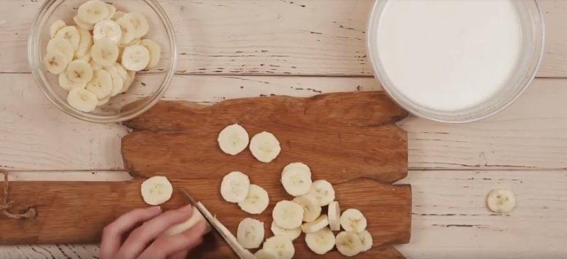 Бананы очищаются и тонко нарезаются