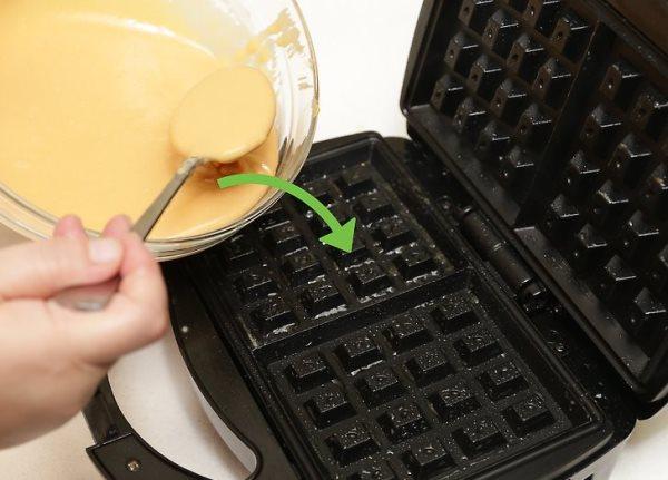 вылить тесто в вафельницу