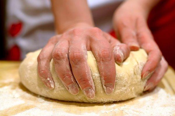 вымесить тесто руками
