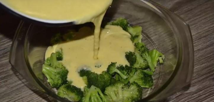 Залить брокколи смесью