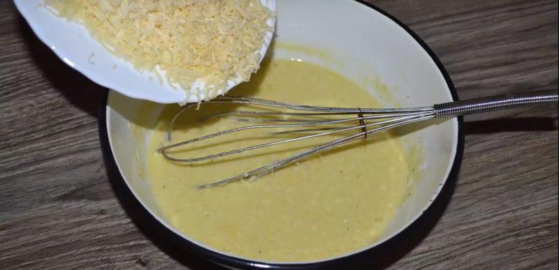 Смешать сметану сыр и яйца