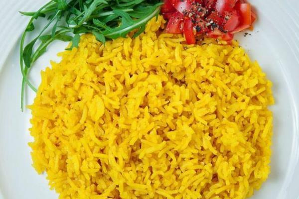 желтый рис на тарелке