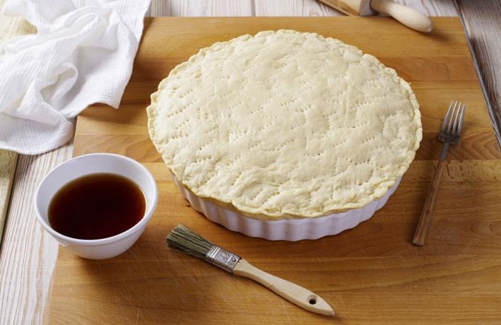 Раскатать вторую часть теста и накрыть ей будущий пирог сверху