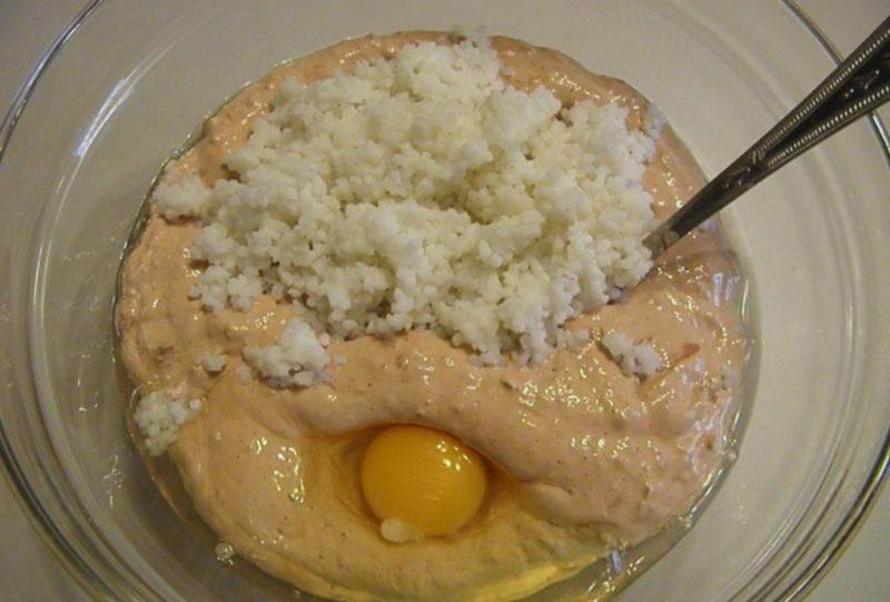 Добавить отварной рис, перец свежемолотый, яйцо, соль.