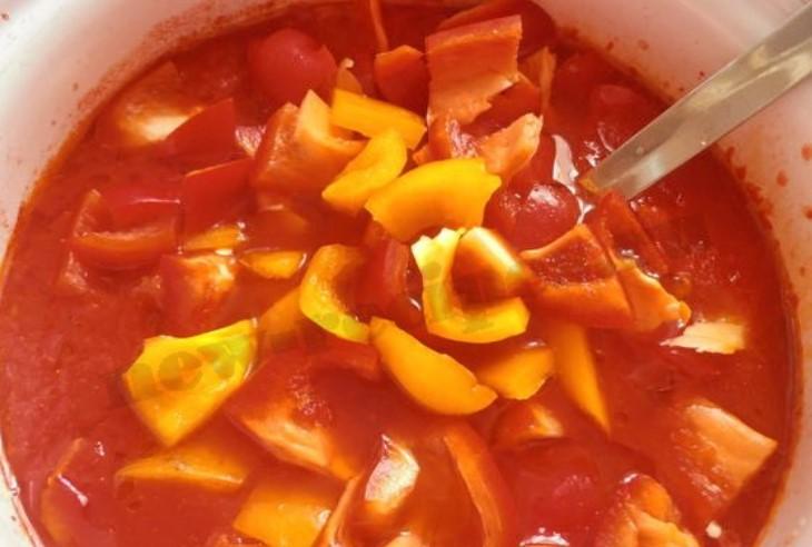 Овощи выложить в глубокую миску