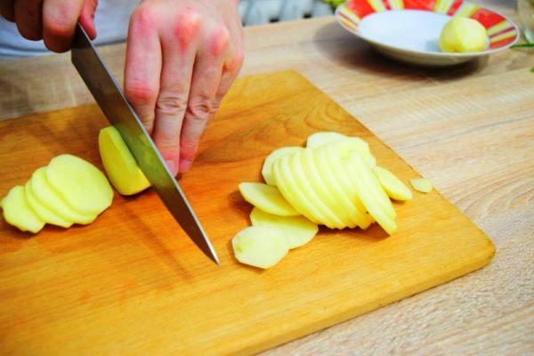 нарезать картофель пластинами