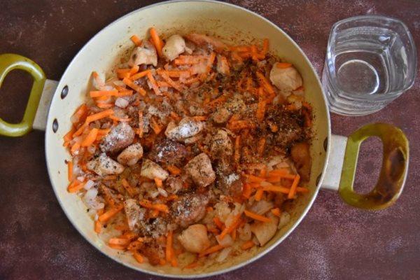 обжарить мясо, лук и морковь