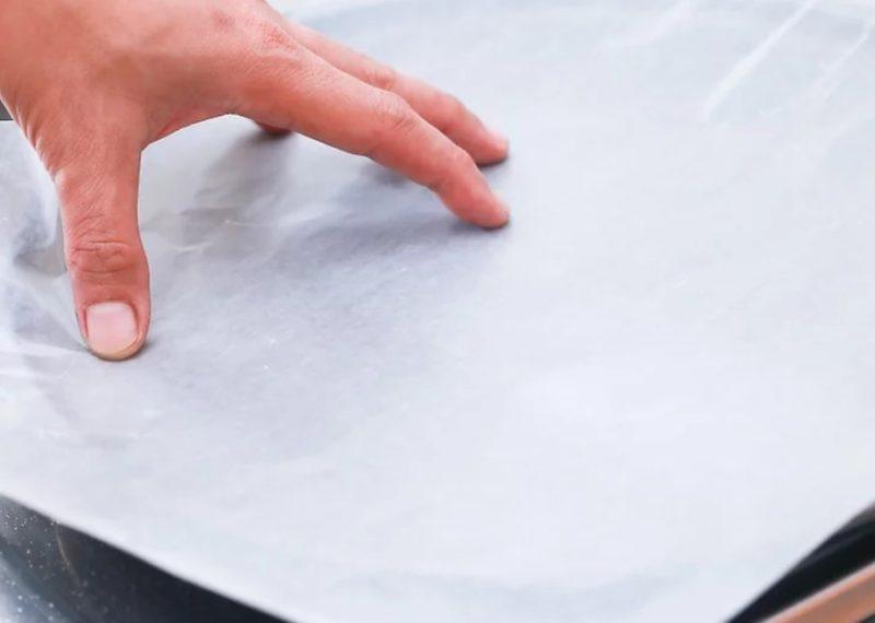 Застелить противень пергаментной бумагой