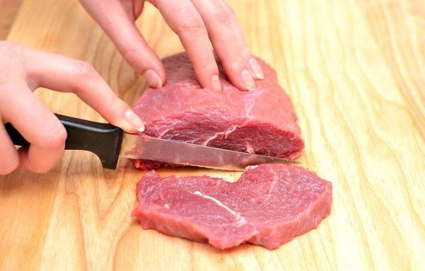 разрезать свинину