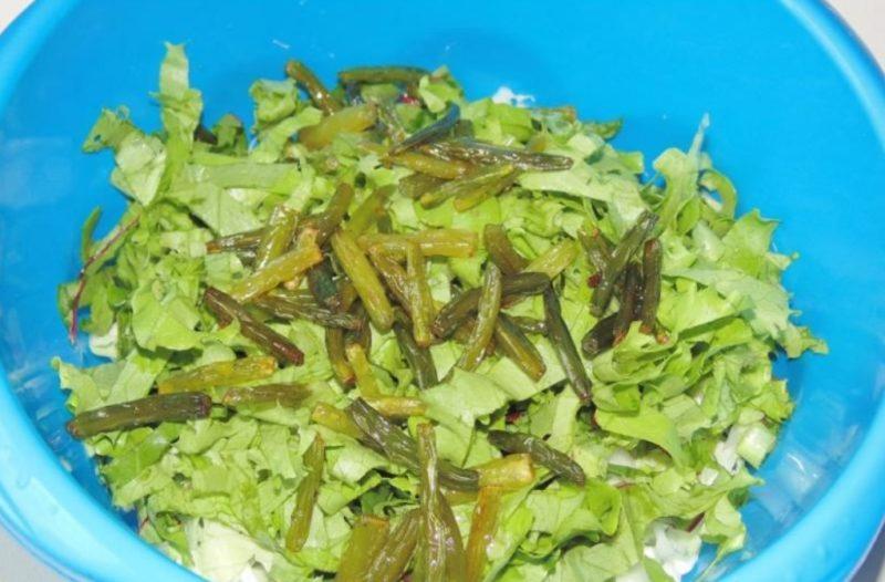 Смешать ингредиенты для салата