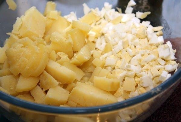 смешать картофель и яйца