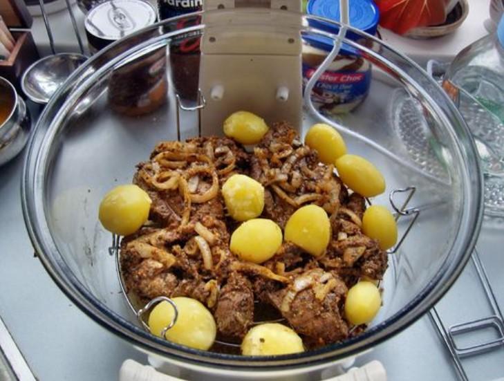Рядом со стейком можно выложить отвареный картофель,