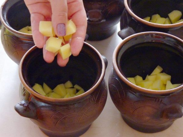 в горшочки положить картофель