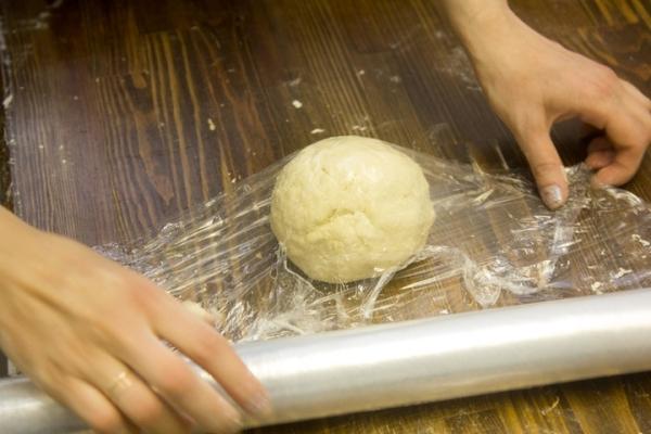завернуть тесто в пленку