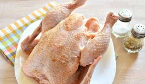 Натереть курицу специями