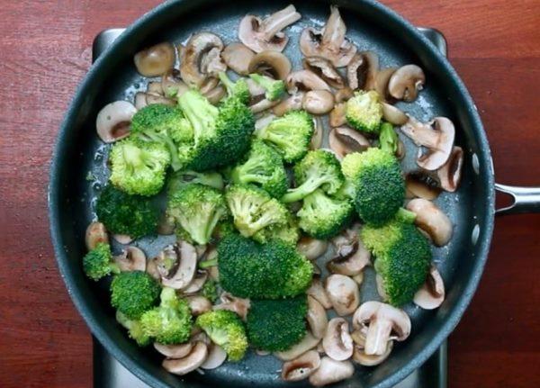 обжарить брокколи и грибы