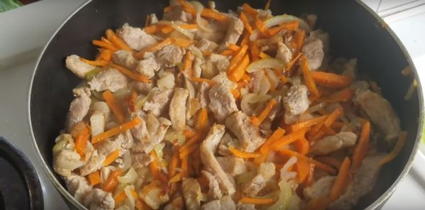 обжарить мясо с луком и морковью