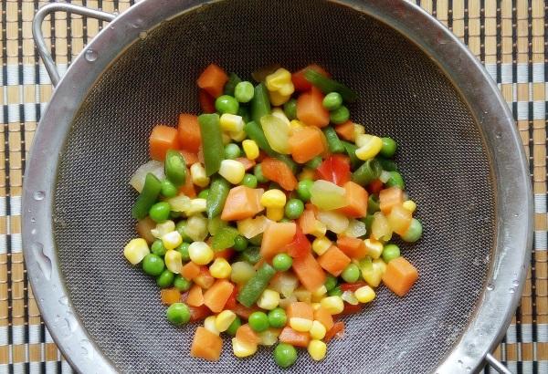 овощная смесь в дуршлаге