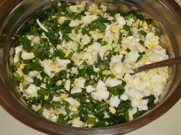 смешать зеленый лук и яйца