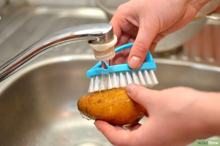 Вымыть и почистить картофель щеткой