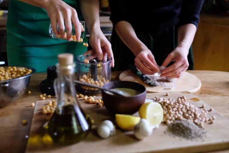 Процесс приготовления хумуса