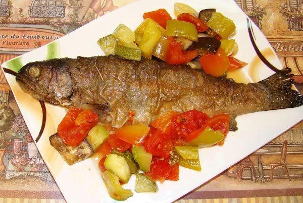 форель с овощами на тарелке