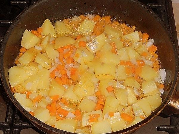обжарить картошку с луком и морковью