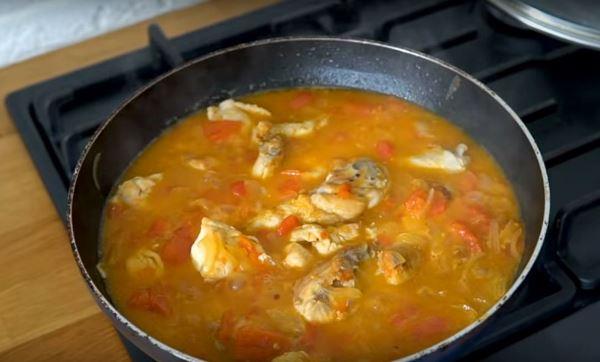 цыпленок с овощами и бульоном в сковороде