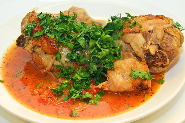 цыпленок в соусе с кинзой на блюде