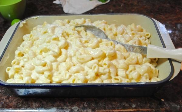 залить макароны молоком с яйцами